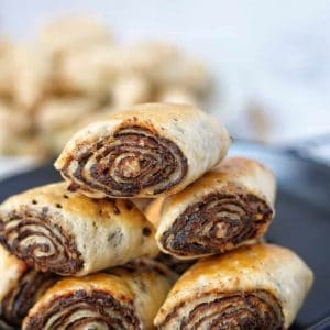 Date paste wrapped in a crumbly pastry, spiced with cardamom and cinnamon.